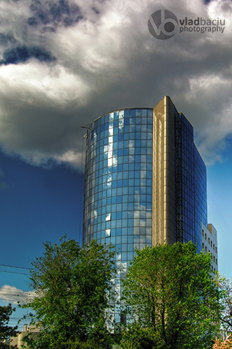 modern-glass-building-against-cloudy-sky_HDR