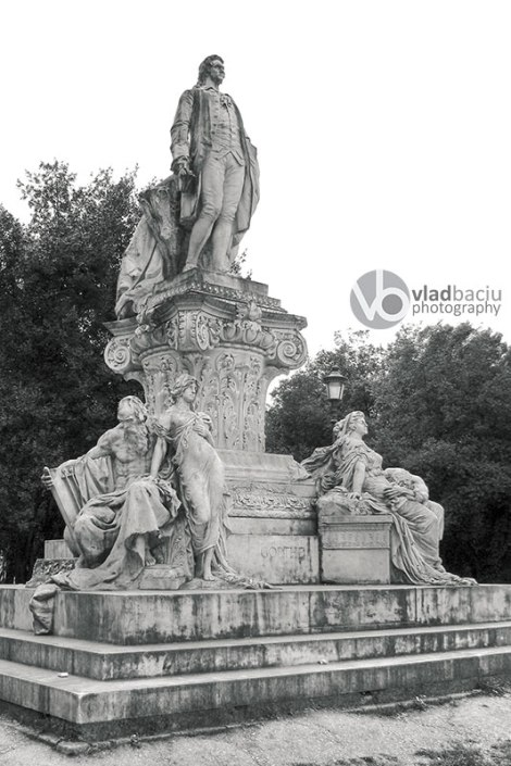 Black-and-white-photo-of-Goethe-statue-in-Villa-Borghese-in-Rome---Italy
