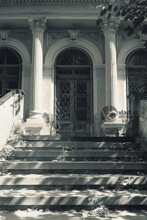 vintage-house-with-corinthian-columns