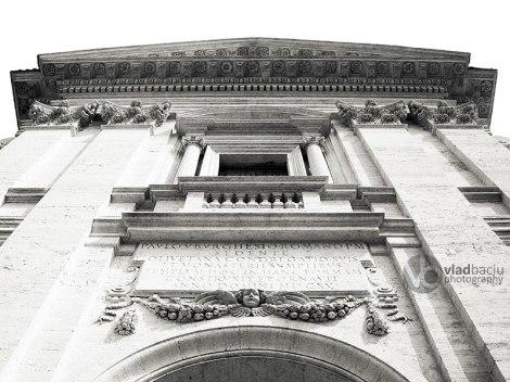 Santa-Francesca-Romana-in-Rome,-Italy---entrance-detail-in-raccourci