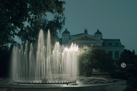 Fountain-and-National-Theatre-in-Iasi-by-night