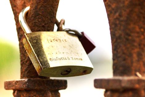 rusty-padlock-on-a-bridge-in-Verona-with-Romeo-and-Giulietta-names
